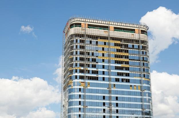 Neues modernes hohes gebäudegeschäftszentrum oder -wohnung am schönen himmelhintergrund. Premium Fotos