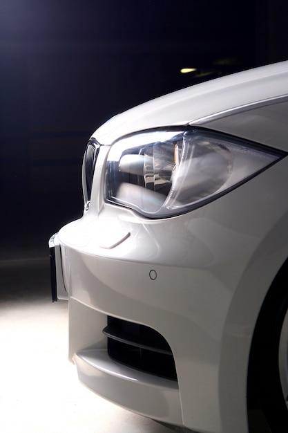 Neues weißes auto auf schwarzem hintergrund Kostenlose Fotos