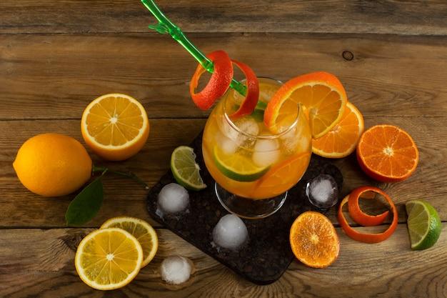 Neues zitrusfruchtgetränk auf holztisch Premium Fotos