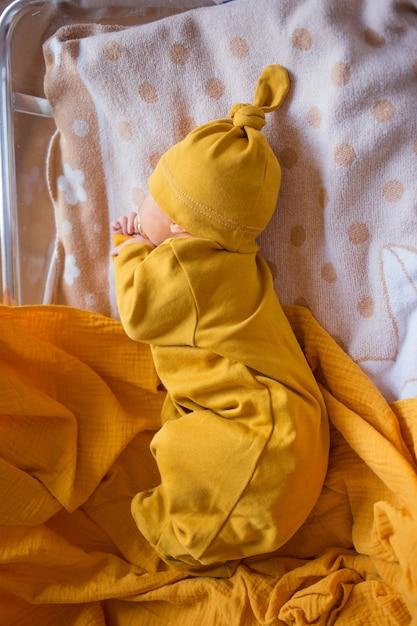 Neugeborene erste lebenstage im kreißsaal. säugling schläft im krankenhaus nach der geburt. Premium Fotos