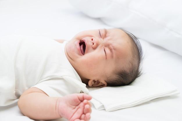 Neugeborenes asiatisches babyschreien Premium Fotos
