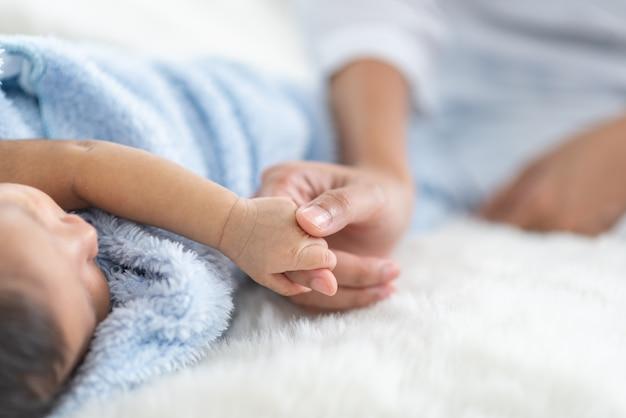 Neugeborenes baby im bett schlafen Premium Fotos