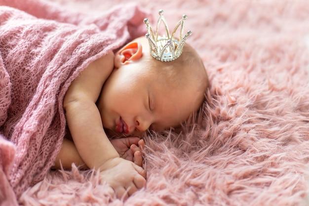 Neugeborenes baby in einer mädchenkrone Premium Fotos