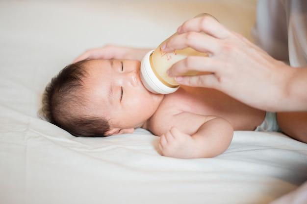 Neugeborenes baby trinkt milch von ihrer mutter Premium Fotos
