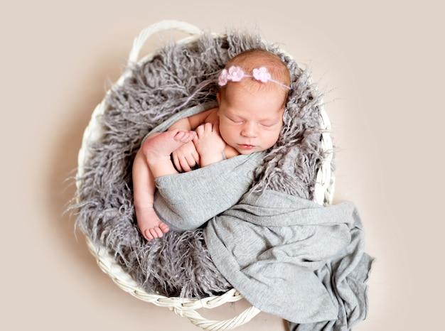 Neugeborenes kind im nestbett Premium Fotos