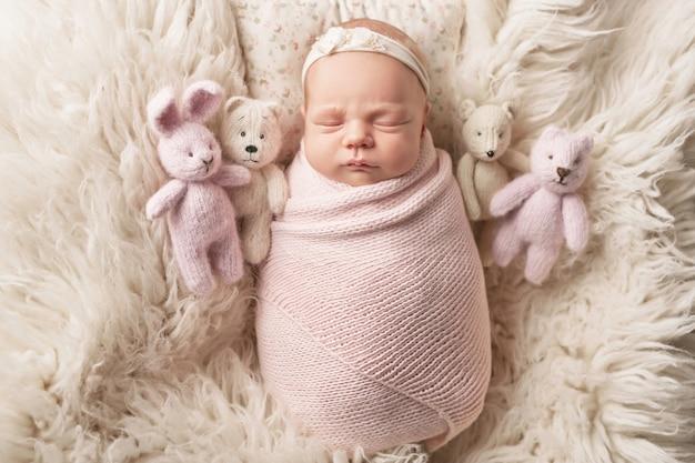 Neugeborenes mädchen auf einem weißen Premium Fotos