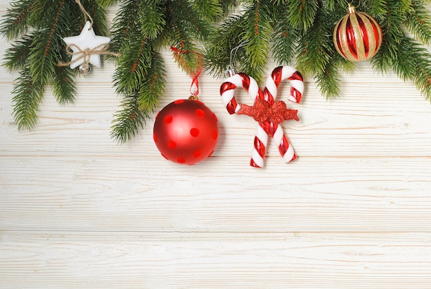 Neujahrs- und weihnachtsmodell mit tannenzweigen und roten und goldenen verzierungen Premium Fotos