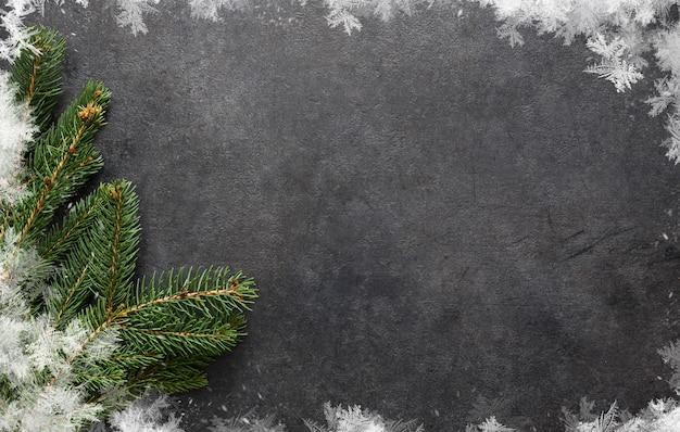 Neujahrskarte. weihnachtssprache mit einer tanne auf schwarzer, flacher lage Premium Fotos