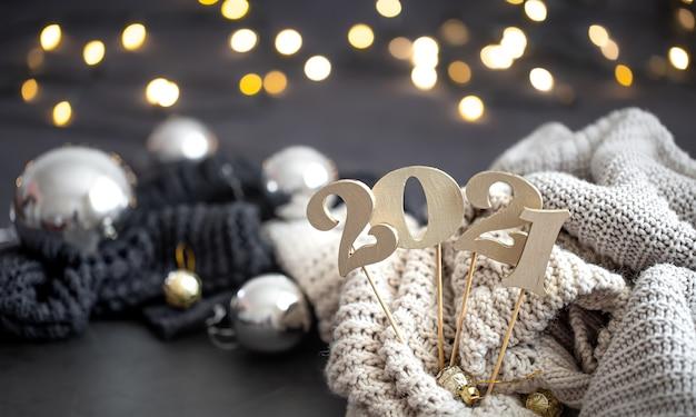 Neujahrskomposition mit hölzerner neujahrszahl und festlichem hintergrund. Kostenlose Fotos