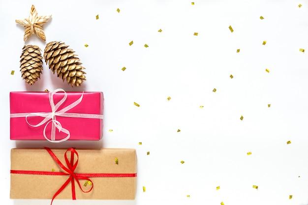 Neujahrswohnung mit geschenkboxen und goldenen zapfen Premium Fotos