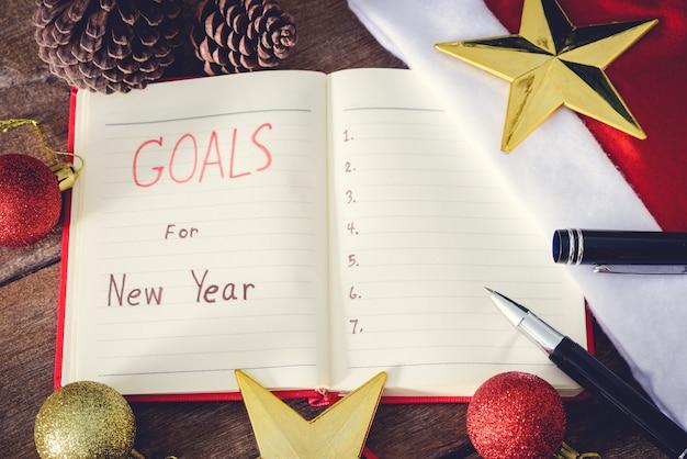 Neujahrsziele mit bunten dekorationen. Premium Fotos