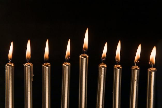 Neun goldene kerzen mit kleiner flamme Kostenlose Fotos