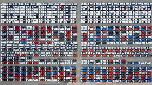 Neuwagen-exportanschluß der vogelperspektive, neuwagen, die auf importexport am tiefseehafen warten. Premium Fotos