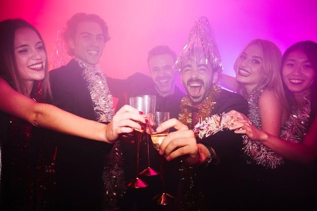 New year club party mit einer gruppe von menschen Kostenlose Fotos