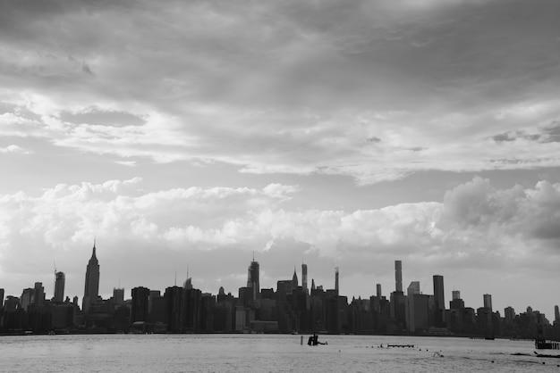 New- york cityskyline am bewölkten tag Kostenlose Fotos