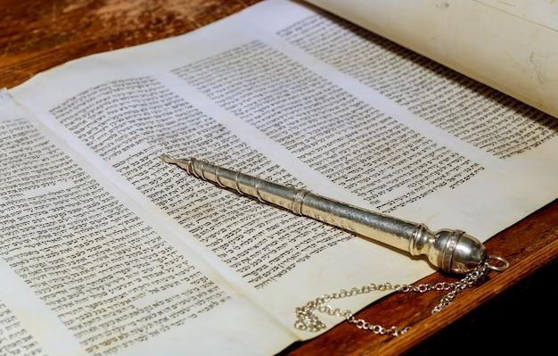 New york, ny, märz 2019. die hebräische thora, ein jüdischer feiertag der synagoge, während der briefe des alten schriftrollenbuchs Premium Fotos