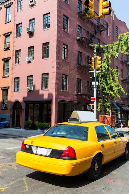 New york west village im gelben taxi von manhattan Premium Fotos