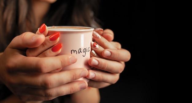 Nicht erkennbarer mann und frau halten mit zwei händen eine tasse heißen kaffee. Premium Fotos