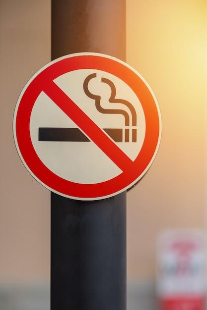 Nichtraucherzeichen auf hintergrund des öffentlichen platzes Premium Fotos