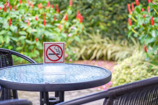 Nichtraucherzeichen in einem café und im park Premium Fotos