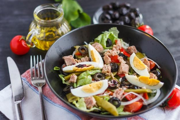 Nicoise-salat mit thunfisch, grünen bohnen, basilikum und frischem gemüse Premium Fotos