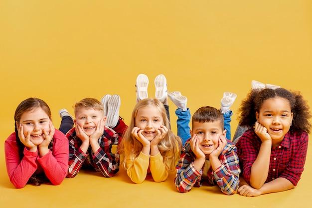 Niedliche kinder im kopierraum bei der veranstaltung am buchtag Premium Fotos