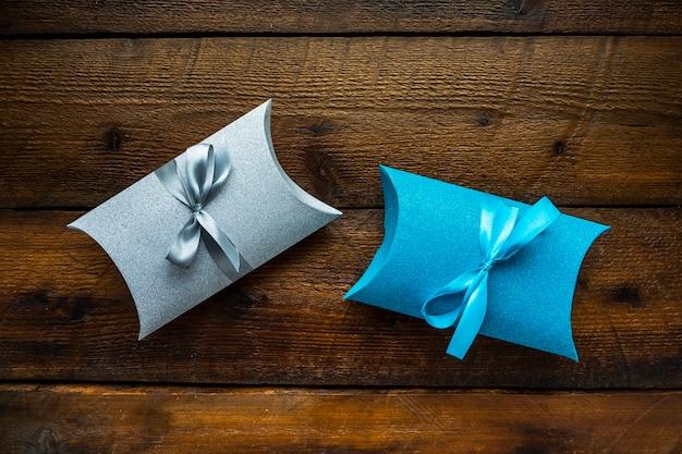 Niedliche minimalistische geschenke mit bändern Kostenlose Fotos