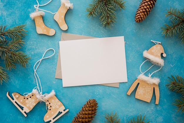 Niedliche winterdekoration und kiefernblätter kopieren raum Kostenlose Fotos