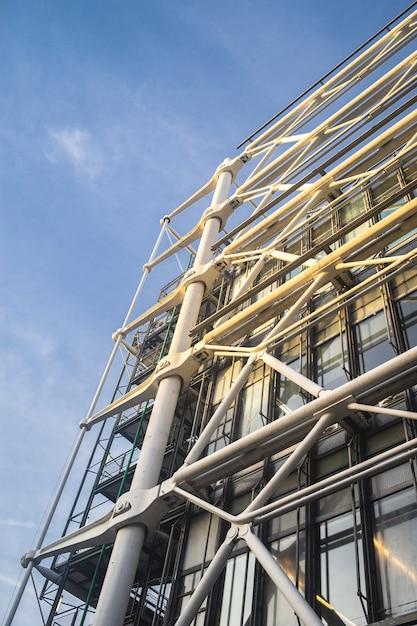 Niedrige winkelansicht des modernen hochbaus unter einem blauen himmel und sonnenlicht Kostenlose Fotos
