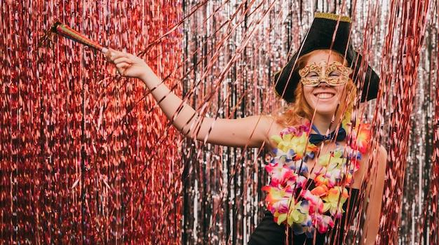 Niedrige winkelfrau im kostüm an der karnevalsparty Kostenlose Fotos