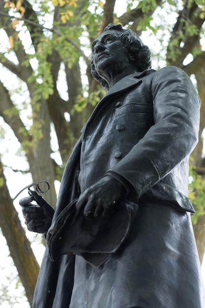Niedrige winkelsicht der statue von john a. macdonald, parlaments-hügel, ottawa, ontario, kanada Premium Fotos