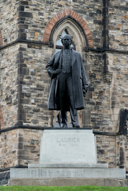 Niedrige winkelsicht der statue von wilfrid laurier, parlaments-hügel, ottawa, ontario, kanada Premium Fotos
