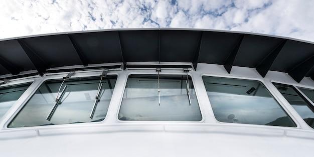 Niedrige winkelsicht der windschutzscheibe auf einer fähre, bowen island, britisch-columbia, kanada Premium Fotos
