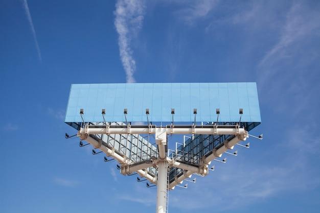 Niedrige winkelsicht des blauen großen hortenden pfostens mit licht gegen blauen himmel Kostenlose Fotos