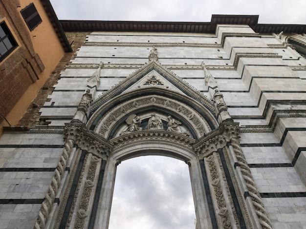 Niedrige winkelsicht des museo dell'opera del duomo, siena, toskana, italien Premium Fotos