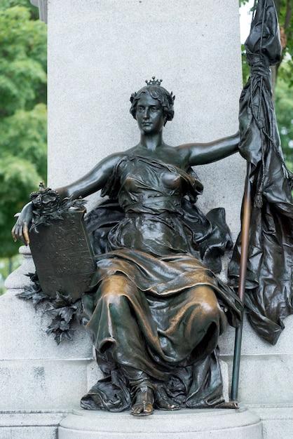 Niedrige winkelsicht einer statue an der bibliothek des parlaments im parlaments-gebäude, parlaments-hügel, ottawa, Premium Fotos