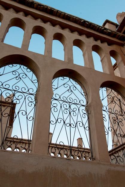 Niedrige winkelsicht eines hotels, kasbah ellouze, ouarzazate, marokko Premium Fotos