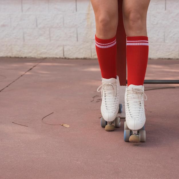 Niedriger abschnitt eines weiblichen schlittschuhläufers Kostenlose Fotos