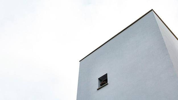 Niedriger winkel des einfachen gebäudes in der stadt Kostenlose Fotos