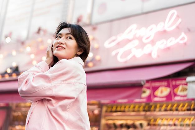 Niedriger winkel des schönen mädchens in japan Kostenlose Fotos