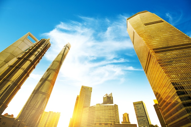 Niedrigere wolkenkratzer oben schauen, shanghai-stadt Premium Fotos