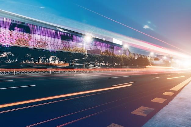 Nightscape und verschwommene lichter von städtischen gebäuden und straßen Premium Fotos