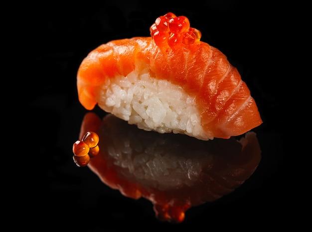 Nigiri mit lachs und rotem kaviar Premium Fotos