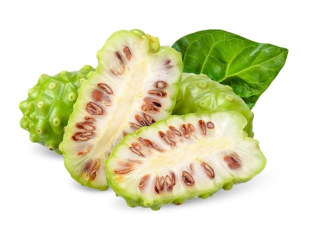 Noni frucht getrennt auf weißem ausschnittspfad Premium Fotos