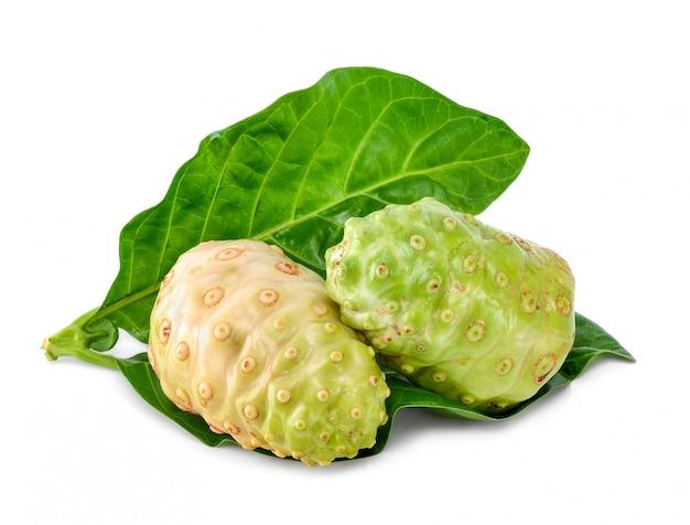 Noni-frucht lokalisiert auf dem weißen hintergrund Premium Fotos