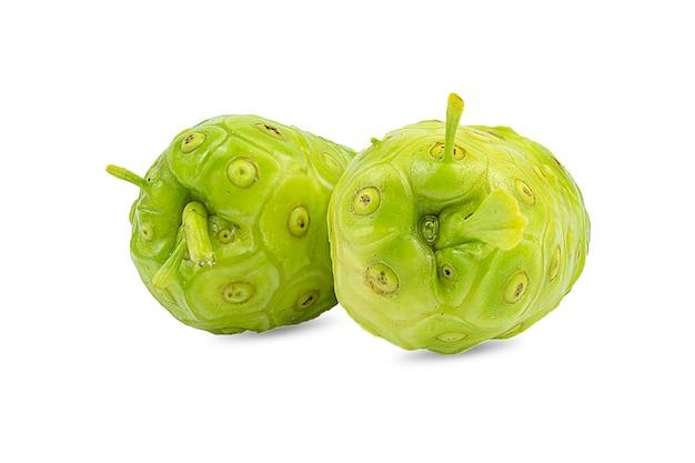 Noni oder morinda citrifolia und scheibe lokalisiert auf weiß Premium Fotos