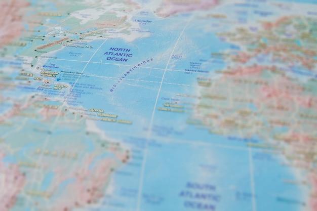 Nordatlantik in nahaufnahme auf der karte. konzentrieren sie sich auf den namen des ozeans. vignettierungseffekt Premium Fotos