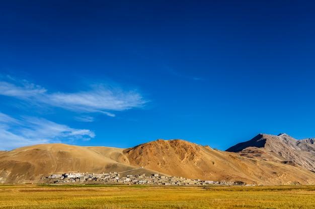 Nordindisches traditionelles korzok-dorf auf tso moriri, ladakh. 4500 meter über dem meeresspiegel Premium Fotos