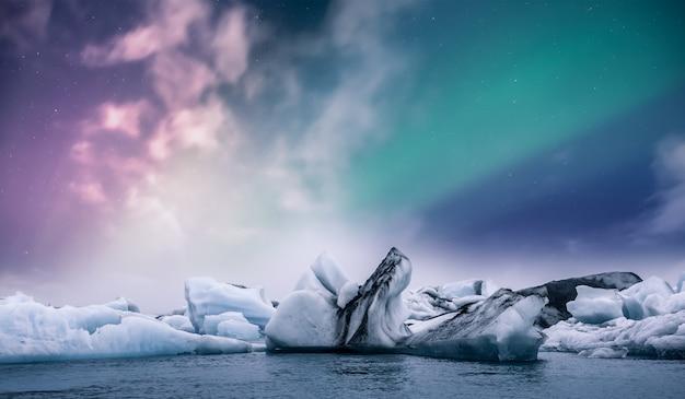 Nordlichtaurora borealis über jokulsarlon-gletschereislagune in island Premium Fotos
