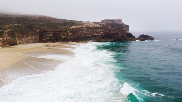 Nordstrand in nazare portugal mit schäumenden wellen Kostenlose Fotos